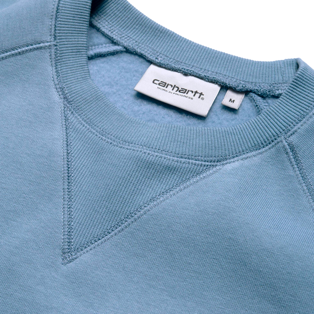 Now in stock theCarhartt WIP Chase Sweatshirt. Short sleeve shirt by Carhartt named Carhartt WIP Chase sweatshirt. This shirt is made of 100% combed cotton. This Short Sleeve has a loose fit and is part of the Chase Program by Carhartt WIP. Fixed with a crewneck and small Carhartt logo embroidery on the chest. 026383_08R_90 regular fit brushed flatlock stitching raglan sleeves logo embroidery Mossa and treehouse variant This basic tee has a blue grey tone called Mossa color scheme.