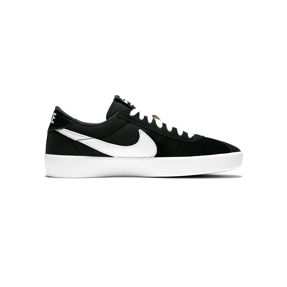 Now in stock the Nike SB Bruin React Wil je een lichte, flexibele schoen waarin je de hele dag kunt skaten? Wij ook. Daarom hebben we de Nike SB Bruin React ontwikkeld. Dit is een stevige low top met veerkrachtig, responsief Nike React foam met een op skaters gericht design. Weergegeven kleur: Zwart/Zwart/Anthracite/Wit Stijl: CJ1661-001 Nu op voorraad de Nike SB Bruin React Nike SB Bruin React Black White for Style and boardfeel